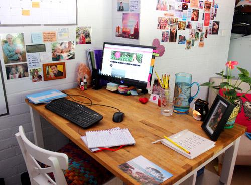 Với không gian làm việc đơn, sắp xếp đồ vật để trên bàn dễ hơn nhưng dễ bị thừa đồ